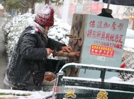风雪中的生意人