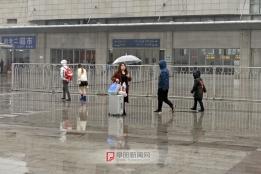 年二十五:站前广场雨中行