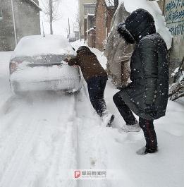 风雪中的志愿者