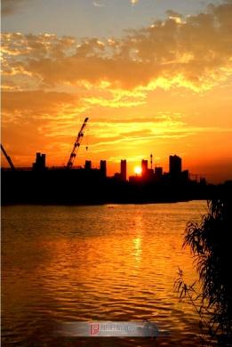 沐浴在夕阳光辉里的解放路北大街泉河大桥建设工地(2)