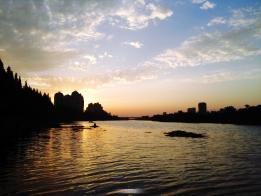 一阵西风吹雨散,夕阳还在水边明
