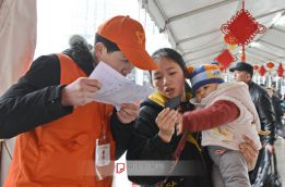 """""""小甜橙""""志愿者服务春运"""