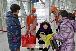 志愿者帮扶残障旅客