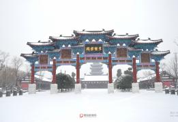 大风雪中的生态园牌楼