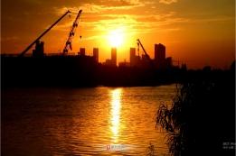 沐浴在夕阳光辉里的解放路北大街泉河大桥建设工地