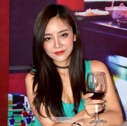 红唇美酒有佳丽