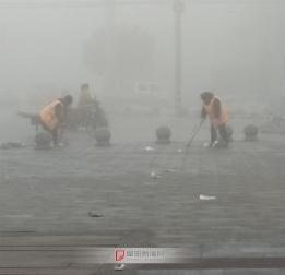 雾霾中的环卫工人