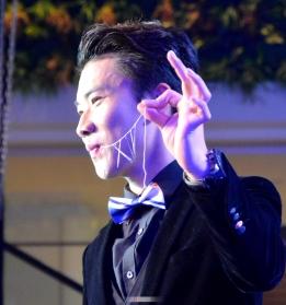 2018阜阳网络春晚上魔术师刘怀义表演的腹内引线穿针