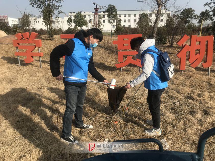 返鄉大學生開展鄉村環境整治活動